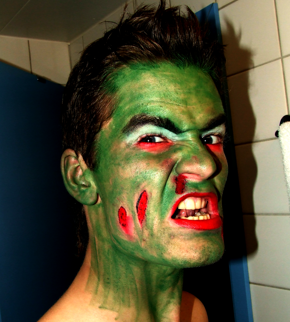 Thomas har sminket seg som monster til Halloween.