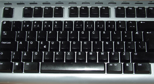 Tastatur med tilsynelatende dvorak-tegnsett.