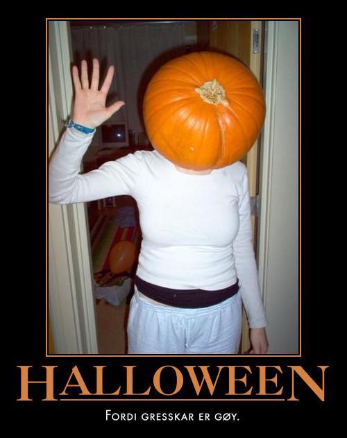 Julie med gresskar på hodet, forberedelser til Halloween 2004.