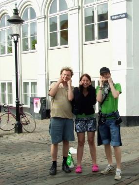 Bilde av turister på Højbro plads som later som om de er kinesere