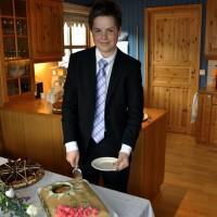 Erlend skjærer kake