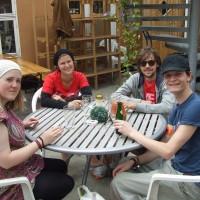 I bakgården til Roskilde Bokantikvariat serveres økologisk saft og et rikholdig utvalg øl